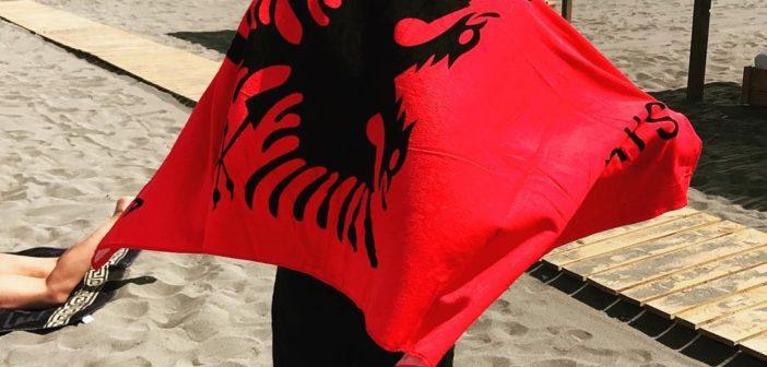 Mario – në Mal të Zi në plazh me simbolet shqiptare