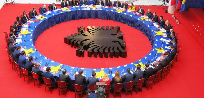 Kush po e pengon heqjen e kufirit Shqipëri-Kosovë?