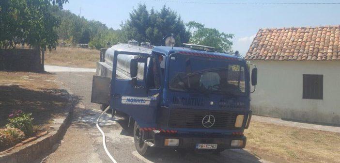Alternaiva Shqiptare ndanë ujë falas për qytetarë