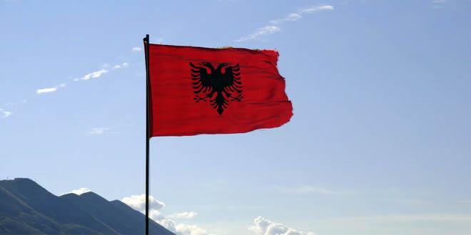 Kujt i pengon flamuri shqiptar?!