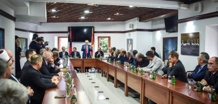 Meta me shqiptarët e Malit të Zi: Pavarësisht dallimeve partiake, duhet të jeni të bashkuar