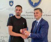 Dresheviq zyrtarisht merr pasaportën e Kosovës, gati për Çekinë dhe Anglinë
