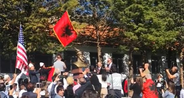 Në Triesh të Malësisë u zbulua busti i Gjergj Kastriotit Skënderbeut