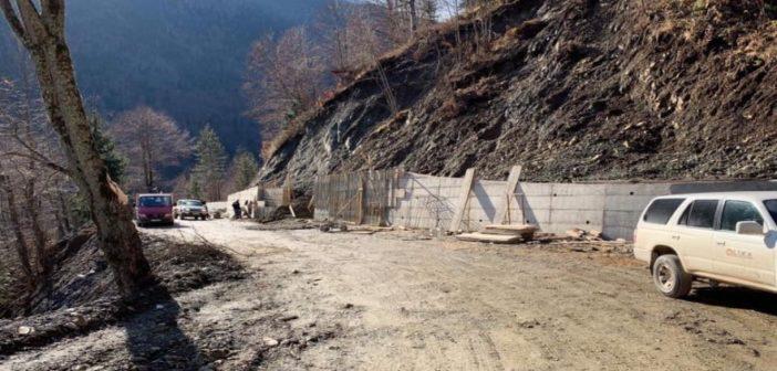Fillon ndërtimi i mureve mbrojtës në rrugën Deçan-Plavë