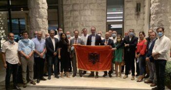 """Lista shqiptare """"Koha është tani"""", dorëzon listën me mbi 3.200 nënshkrime"""